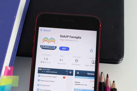 Foto per New York, USA - 1 June 2021: DidUP Famiglia mobile app logo on phone screen, close-up icon, Illustrative Editorial - Immagine Royalty Free