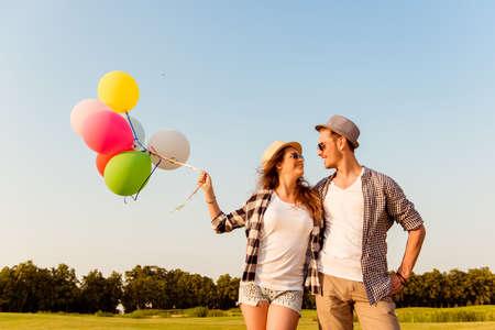 Photo pour couple in love walking with balloons - image libre de droit