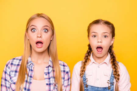 Photo pour Unbelievable news look camera concept. Close up portrait of two cheerful joyful funky funny comic cute ladies with straight hairstyle pigtails isolated on bright vivid background - image libre de droit