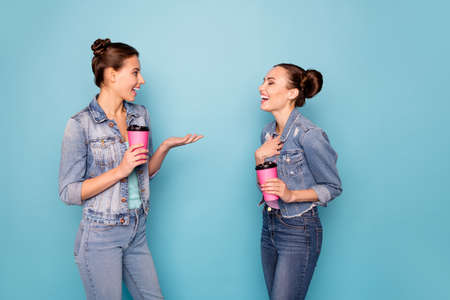 Photo pour Profile side view photo of satisfied relaxing students isolated meeting speaking talking enjoying having free time dressed in denim jackets on blue background - image libre de droit