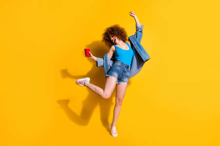 Foto de Full length body size photo funny funky she her lady wavy styling curls scream shout yell little drunk hang out wear specs casual jeans denim shirt shorts tank top clothes isolated yellow background - Imagen libre de derechos