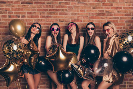 Photo pour Nice-looking company attractive fascinating fashionable gorgeous lovely cheerful cheery ecstatic excited positive ladies having fun isolated over industrial brick wall - image libre de droit