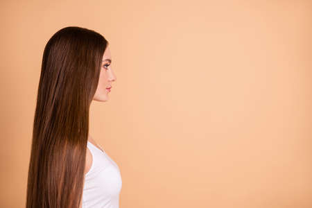 Foto de Profile side view portrait of her she nice-looking lovely sweet attractive well-groomed gorgeous candid lady smooth soft repair hair copy space isolated over beige background - Imagen libre de derechos