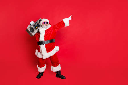 Photo pour Full body photo of funny cute santa claus with sound boom disco box dancing wearing style eyeglasses eyewear headwear hat isolated over red background - image libre de droit