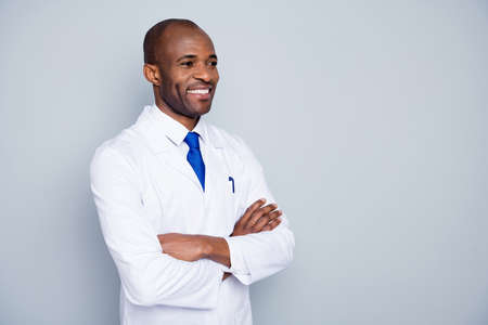 Photo pour Photo of cheerful doctor dark skin guy virologist agent corona virus seminar conference listen colleagues research arms crossed wear white lab coat tie isolated grey color background - image libre de droit