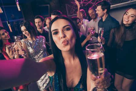 Photo pour Self photo portrait of girl sending air kiss drinking champagne at luxury party - image libre de droit