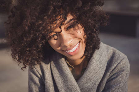 Photo pour Photo of cute cheerful wavy hairdo dark skin person look camera toothy smile nice warm weather free time weekend outdoors - image libre de droit
