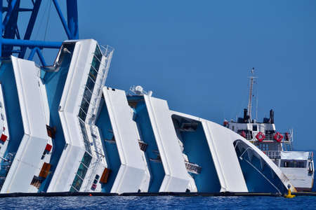 Foto per demolition of a cruise ship sunk off the island of Giglio, Italy - Immagine Royalty Free