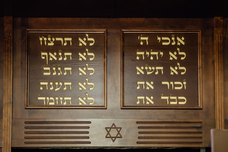 Photo pour Ten commandments in Hebrew and David Star carved on wood in synagogue, close up - image libre de droit