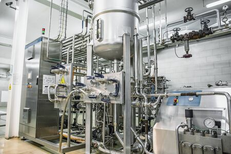 Photo pour Steel tanks or reservoirs and pipes with system of computerized automated control in food and drink production factory interior. - image libre de droit