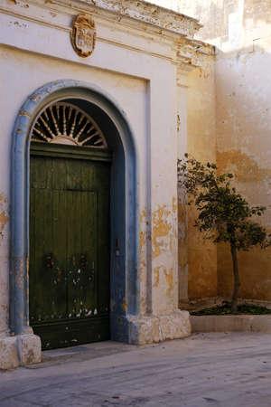 Photo pour green door in a quiet cul-de-sac in Mdina, Malta - image libre de droit