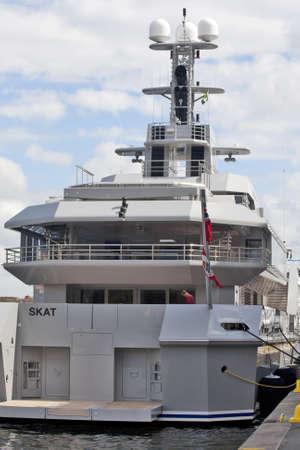 Stockholm, Schweden - 11. Mai 2012: Luxusyacht SKAT angekommen im Hafen von Stockholm