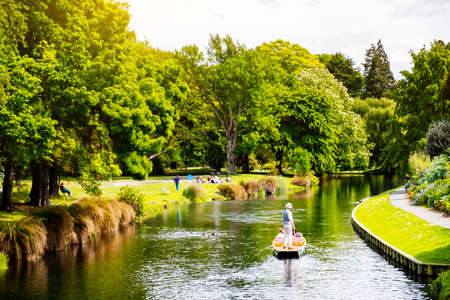 Foto de View of the river in Christchurch Botanic garden. - Imagen libre de derechos