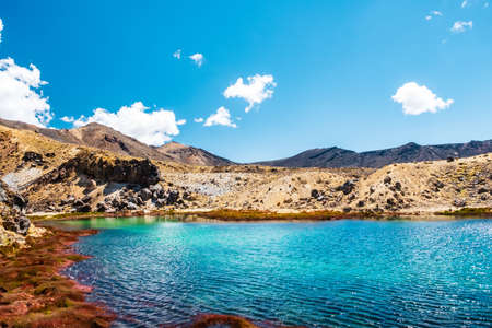 Photo pour Beautiful Landscape view of Tongariro Crossing track on a beautiful day with blue sky, North Island, New Zealand.. - image libre de droit