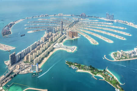 Photo pour Aerial view of Dubai Palm Jumeirah island, United Arab Emirates - image libre de droit