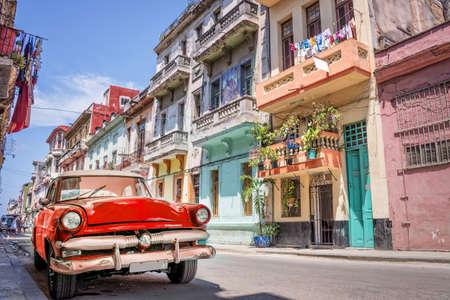 Photo pour Vintage classic red american car in a colorful street of Havana, Cuba.  - image libre de droit