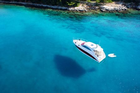Photo pour amazing view to boat, clear water - caribbean paradise - image libre de droit