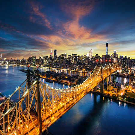 Photo pour New York City - amazing sunset over manhattan with Queensboro bridge - image libre de droit