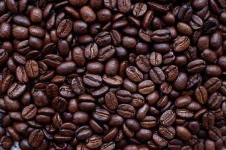 Photo pour Top view dark roasted arabica coffee beans, background. - image libre de droit