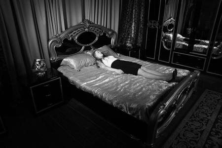 Foto de Strangled beautiful business woman in a bedroom. Simulation of the crime scene. - Imagen libre de derechos