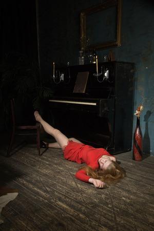 Foto de Unconcsious beauty woman in evening dress at the piano - Imagen libre de derechos