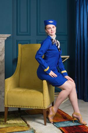 Photo pour beautiful young pinup girl in suit of stewardess - image libre de droit