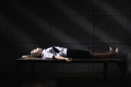 Foto de Forensic expert collecting evidence in a crime scene (imitation) - Imagen libre de derechos