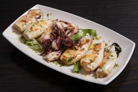 Foto für Spanish tapas: Plate of deep fried squids or Chipirones with lemon. - Lizenzfreies Bild