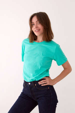 Photo pour Smiling woman in casual outfit standing in studio - image libre de droit