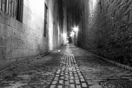 Photo pour Very Narrow alley in Old Montreal at night in B / W picture - image libre de droit