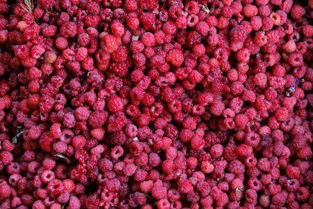 Photo pour many ripe red raspberry berries close up - image libre de droit