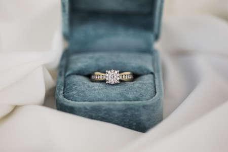 Foto de Gold wedding rings in box. Ring with diamonds - Imagen libre de derechos