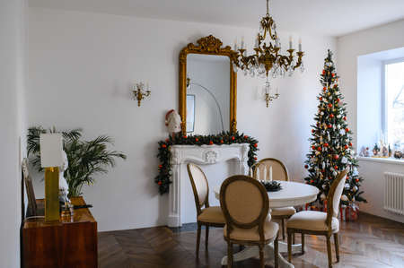 Photo pour Feast of Christmas. Beautifully decorated house with a Christmas tree.  - image libre de droit