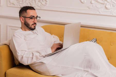 Photo pour arabic programmer working on laptop at home - image libre de droit