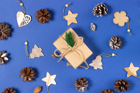 Photo pour Christmas gift boxes wrapped in craft paper on a blue background with Christmas decorations. Top view, holiday and Christmas concept. - image libre de droit