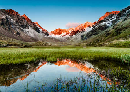 Photo pour Peaks mirroring in a lake below, Stubai Alps, Austria - image libre de droit
