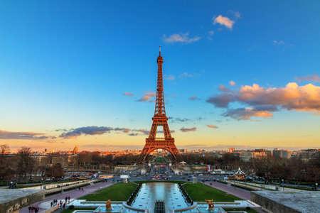 Photo pour Beautiful view of the Eiffel tower in Paris, France, at sunset - image libre de droit