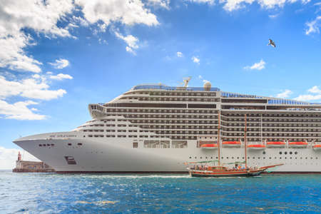 Photo pour Beautiful big cruise ship with tourists at the harbor of Funchal, Madeira, on October 11, 2015 - image libre de droit
