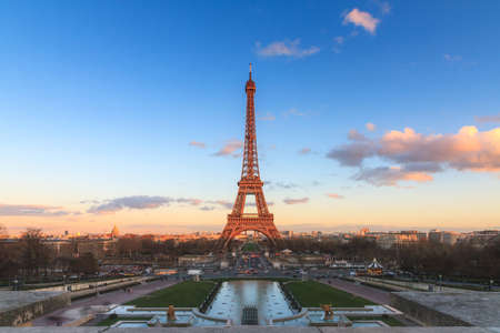 Photo pour Beautiful cityscape urban sunset view of the Eiffel tower in Paris, France, on a spring day, seen from Trocadero square - image libre de droit