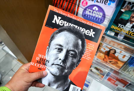 Photo pour MIAMI, USA - AUGUST 23, 2018: Newsweek magazine with Elon Musk on main page in a hand. Newsweek is an American famous and popular weekly magazine - image libre de droit