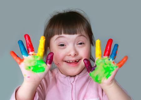 Photo pour Cute little girl with painted hands. - image libre de droit