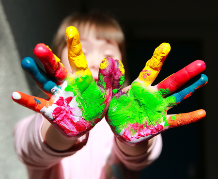 Foto de Cute little kid with painted hands - Imagen libre de derechos