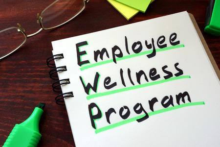 Foto de Employee Wellness program written on a notepad with marker. - Imagen libre de derechos