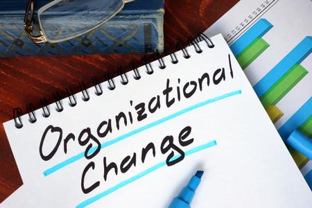 Photo pour Notepad with Organizational Change on a wooden surface. - image libre de droit