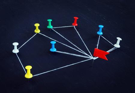 Photo pour Concept of communication and delegation. Pins connected by thread. - image libre de droit
