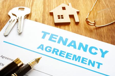 Photo pour Tenancy agreement for rental lease and keys. - image libre de droit