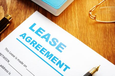 Photo pour Lease agreement form with pen for filling in. - image libre de droit