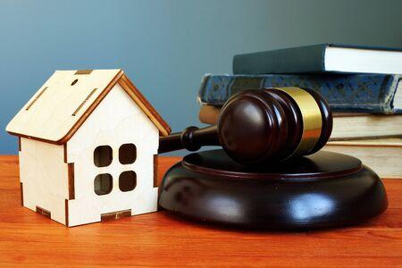 Photo pour Property law concept. Gavel and tiny home on the desk. - image libre de droit