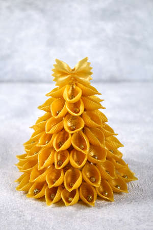 Foto de How to make a Christmas tree from raw pasta conchiglie. The process of making Christmas trees from pasta, cardboard plates, hot glue and paint or spray. Guide, step by step on the photo. Handmade, DIY - Imagen libre de derechos
