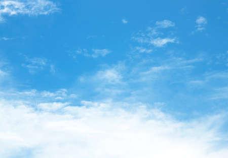 Foto de The vast sky and the beautiful white clouds - Imagen libre de derechos